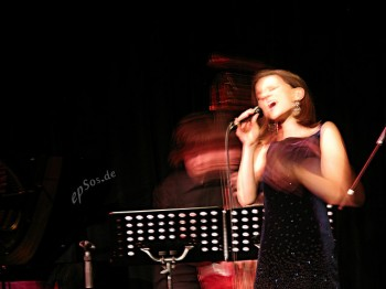 woman singing in jazz club